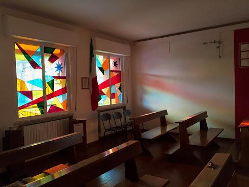 Le vetrate della parete d'ingresso