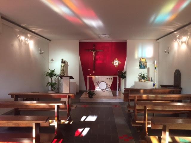 la luce irrompe dando colore alla chiesa