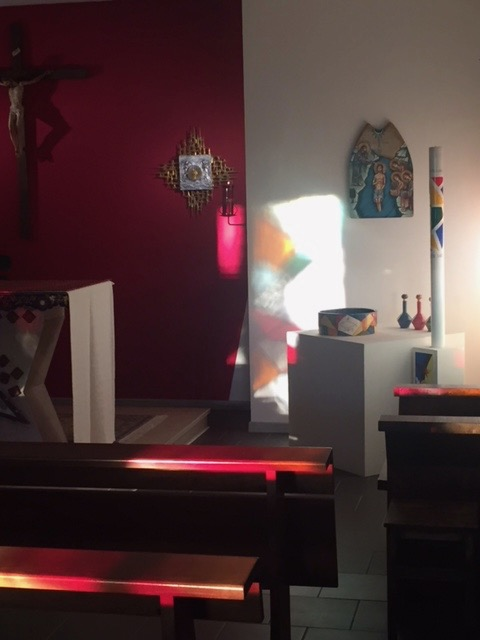 la luce delle vetrate sulla zona del Battistero